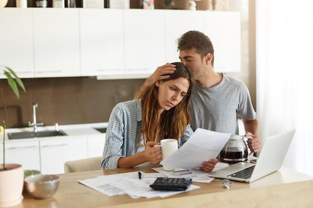 Jovem casal verificando seu orçamento familiar