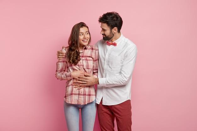 Jovem casal vestindo roupas coloridas
