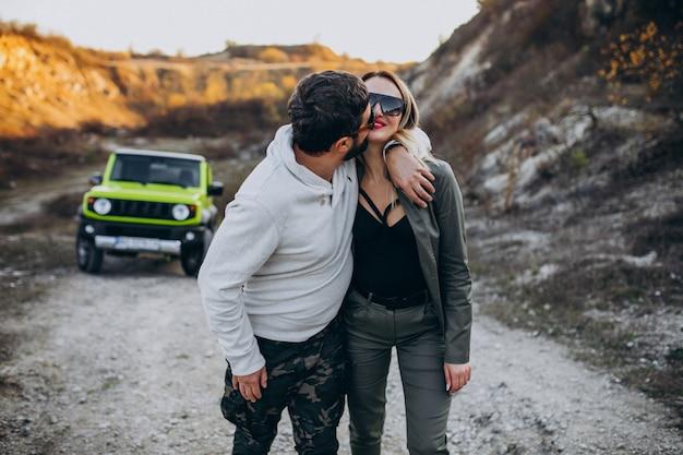 Jovem casal viajando de carro, parou para passear no parque