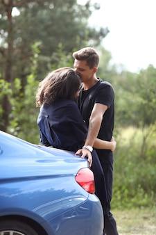 Jovem casal viajando de carro