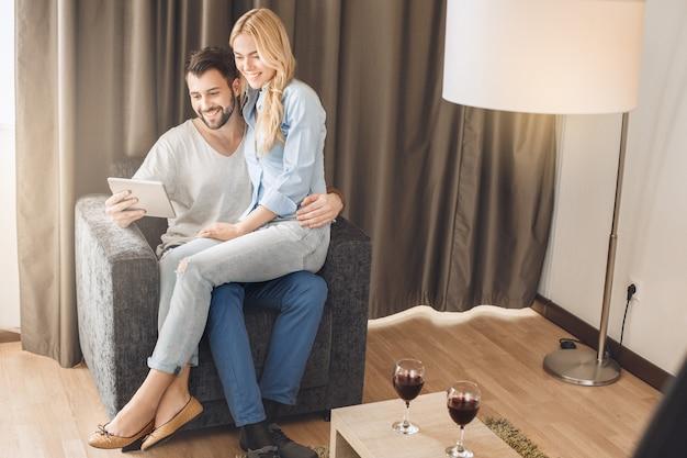 Jovem casal viajando juntos para lazer em quarto de hotel