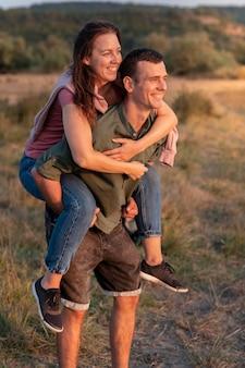 Jovem casal viajando juntos