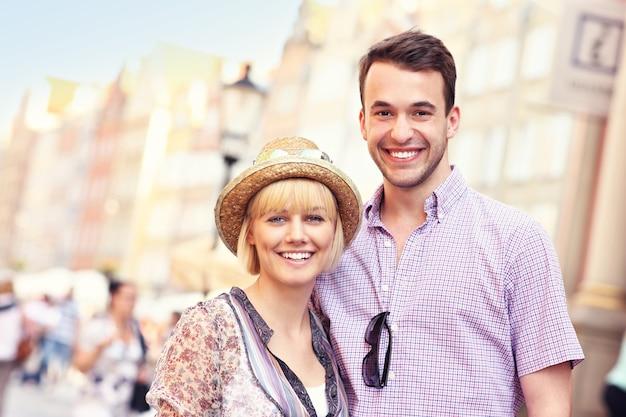 Jovem casal visitando gdansk na polônia