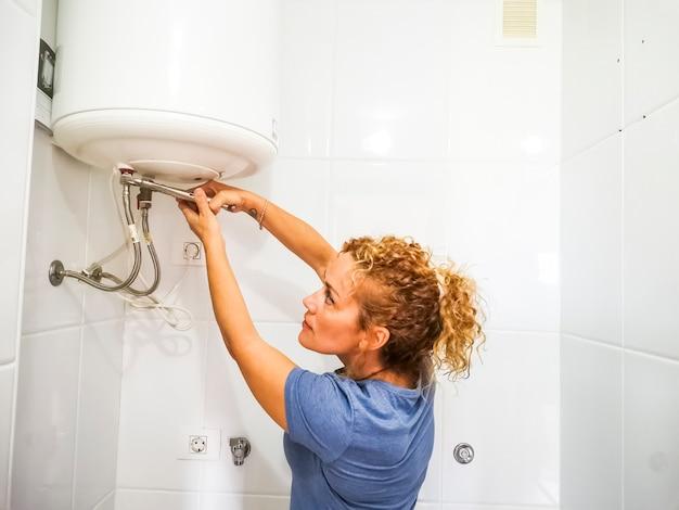 Jovem caucasiana conserta banheiro sozinha