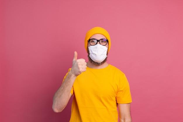 Jovem caucasiano de óculos com máscara médica de uso único para prevenir infecções, doenças respiratórias, como gripe