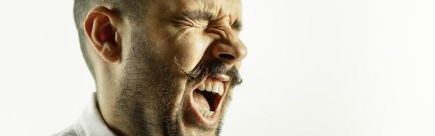 Jovem caucasiano homem close-up recortado foto no folheto de parede do estúdio