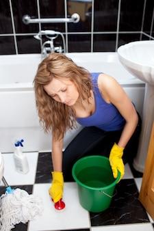 Jovem caucasiano, limpeza, banheiro, chão