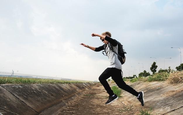 Jovem, caucasiano, menino, pular, cruzamento, canal