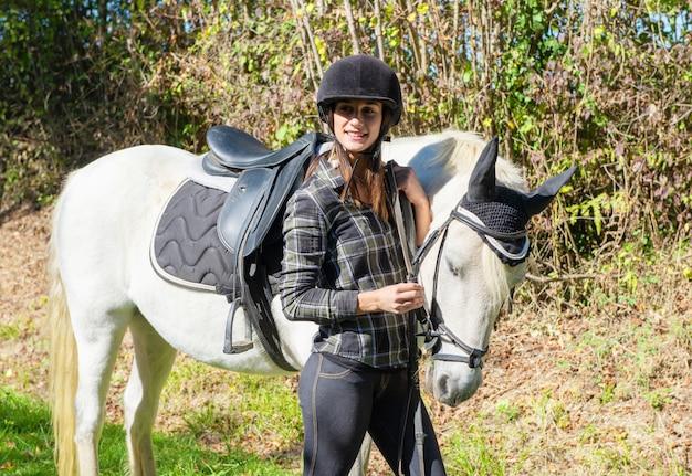 Jovem, cavaleiro, mulher, com, cavalo branco