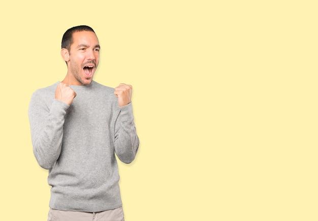 Jovem chateado fazendo um gesto competitivo