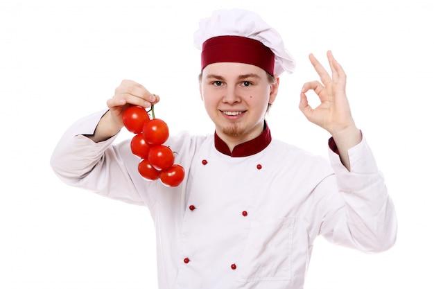 Jovem chef com tomate