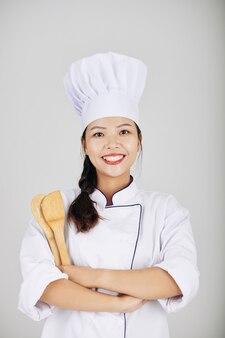 Jovem chef de restaurante confiante