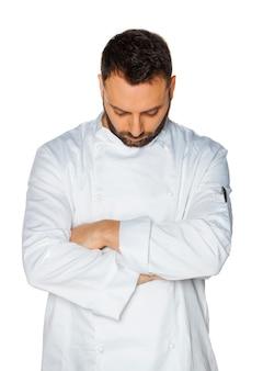 Jovem chef dormindo em uniforme branco, isolado na parede branca.