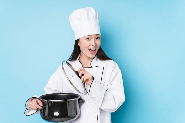 Jovem chef japonesa cozinhando