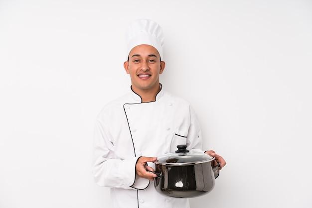 Jovem chef latino homem cozinhando