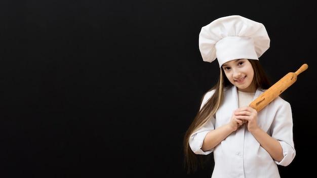 Jovem chef segurando o rolo de cozinha