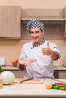 Jovem chef trabalhando na cozinha