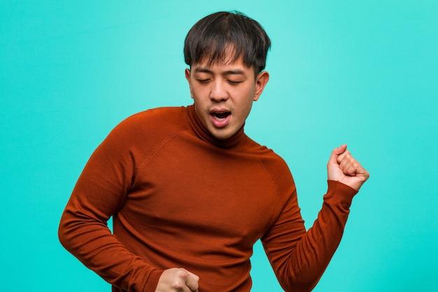 Jovem chinês dançando e se divertindo
