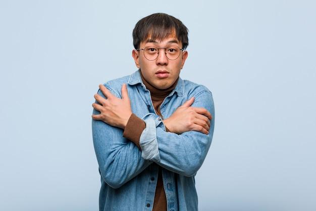 Jovem chinês frio devido à baixa temperatura