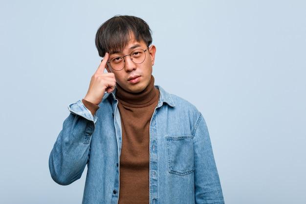 Jovem chinês pensando em uma idéia