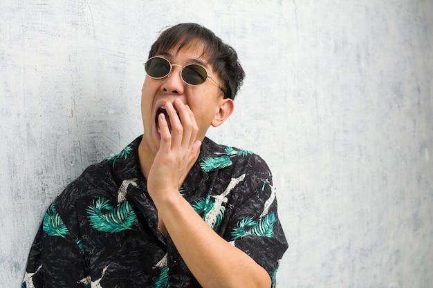 Jovem chinês vestindo roupa de verão sussurrando fofoca tom