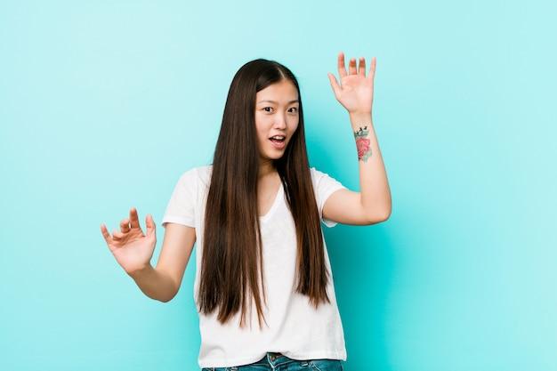 Jovem chinesa bonita em choque devido a um perigo iminente