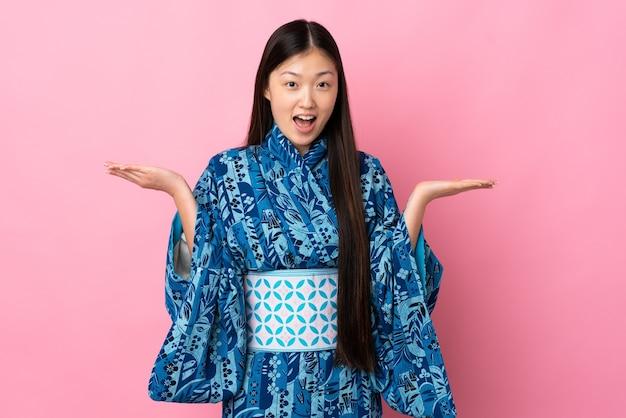 Jovem chinesa de quimono com expressão facial de choque