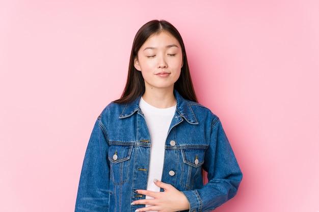 Jovem chinesa posando de rosa