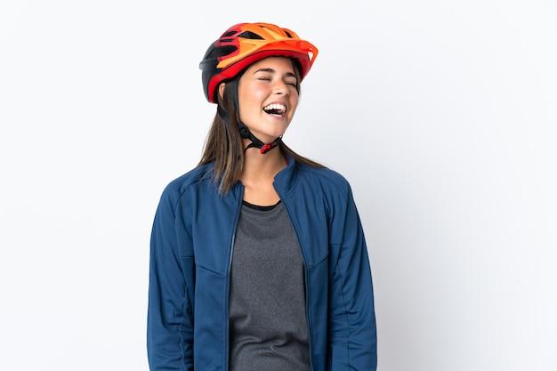 Jovem ciclista brasileira isolada em um fundo branco rindo
