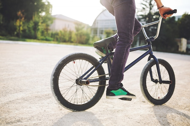 Jovem ciclista de bmx