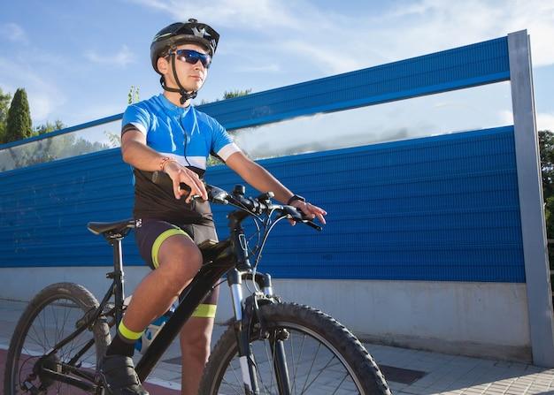 Jovem ciclista espanhol praticando e treinando seu esporte favorito
