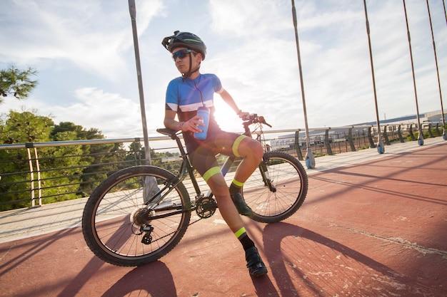 Jovem ciclista espanhol praticando e treinando seu esporte favorito.