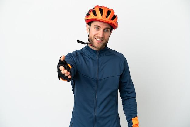 Jovem ciclista isolado apertando as mãos para fechar um bom negócio