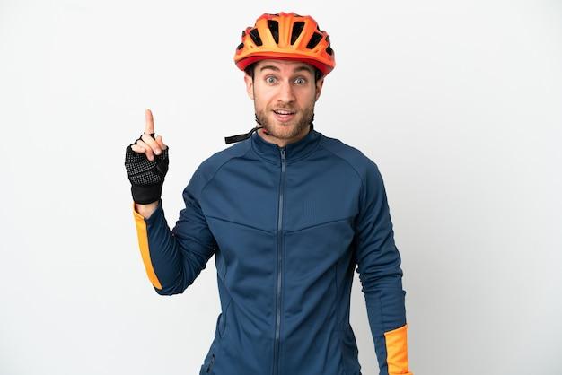 Jovem ciclista isolado pensando em uma ideia apontando o dedo para cima