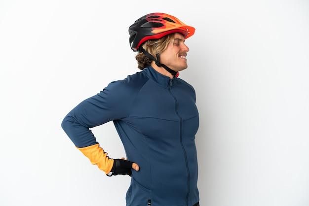 Jovem ciclista loira isolado no fundo branco sofrendo de dor nas costas por ter feito um esforço