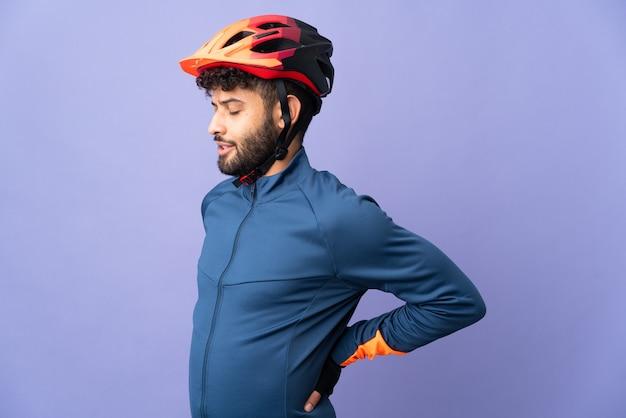 Jovem ciclista marroquino isolado sofrendo de dores nas costas por ter feito um esforço