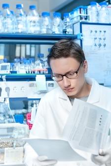 Jovem cientista ou tecnologia trabalha no laboratório moderno
