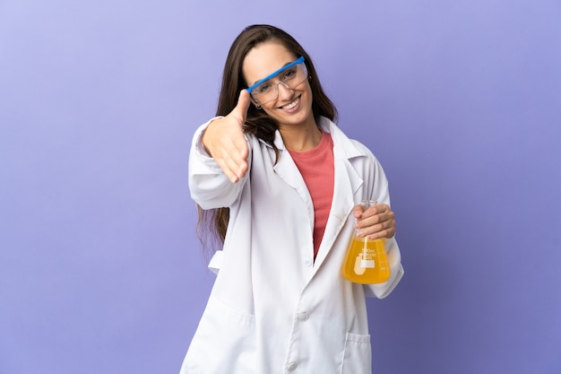 Jovem cientista sobre fundo isolado apertando as mãos para fechar um bom negócio