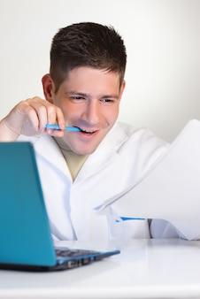 Jovem cientista trabalha com laptop ou netbook