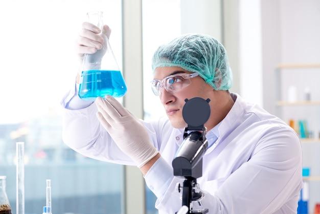 Jovem cientista trabalhando no laboratório