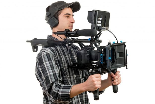 Jovem cinegrafista com câmera de filme