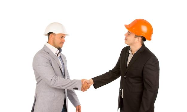 Jovem cliente apertando a mão do engenheiro