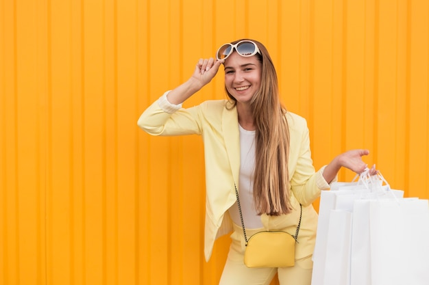 Jovem cliente vestindo roupas amarelas, vista frontal