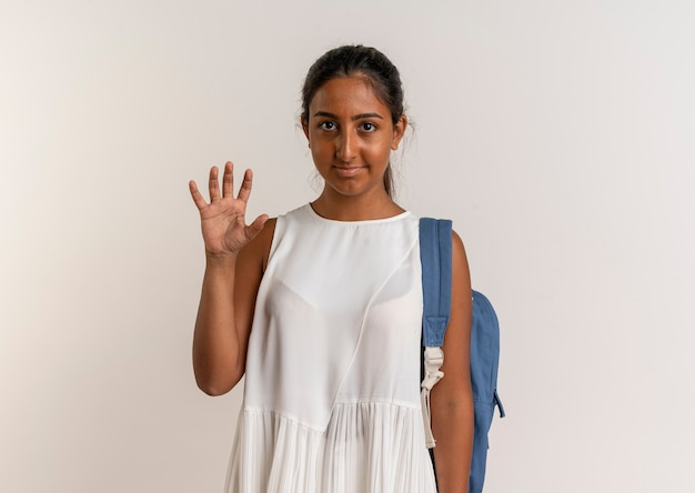 Jovem colegial usando mochila mostrando com a mão cinco