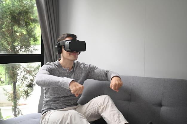 Jovem colocando videogames em óculos de realidade virtual.
