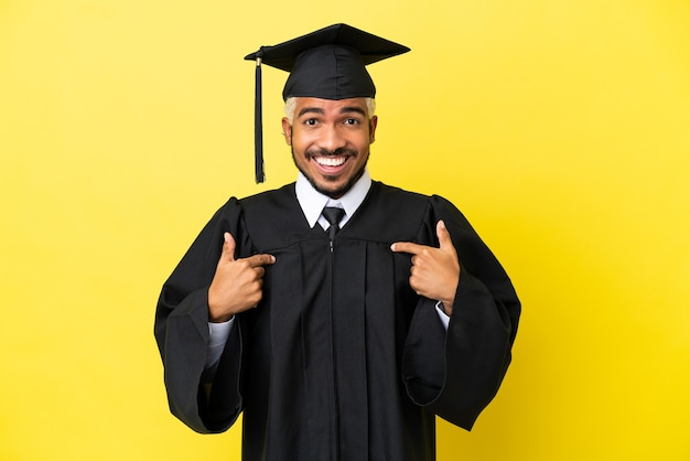 Jovem colombiano graduado pela universidade isolado em um fundo amarelo com expressão facial de surpresa