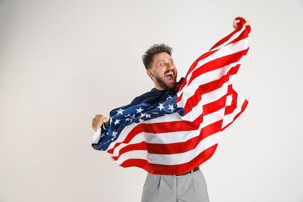 Jovem com a bandeira dos estados unidos da américa Foto gratuita