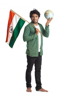 Jovem com bandeira indiana ou tricolor com o globo do mundo na superfície branca, dia da independência indiana, dia da república da índia
