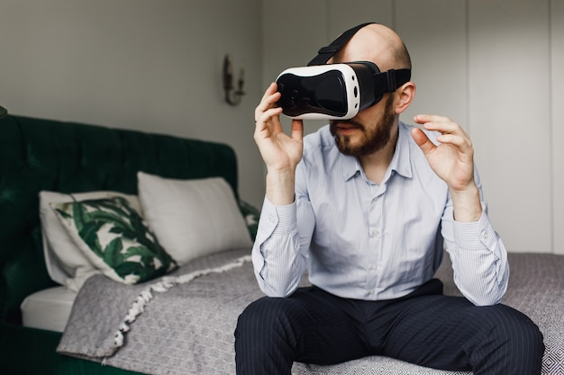 Jovem com barba em óculos de realidade virtual