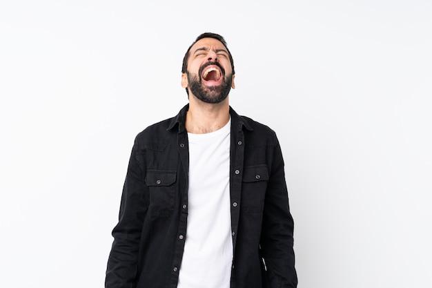 Jovem com barba isolado gritando para a frente com a boca aberta